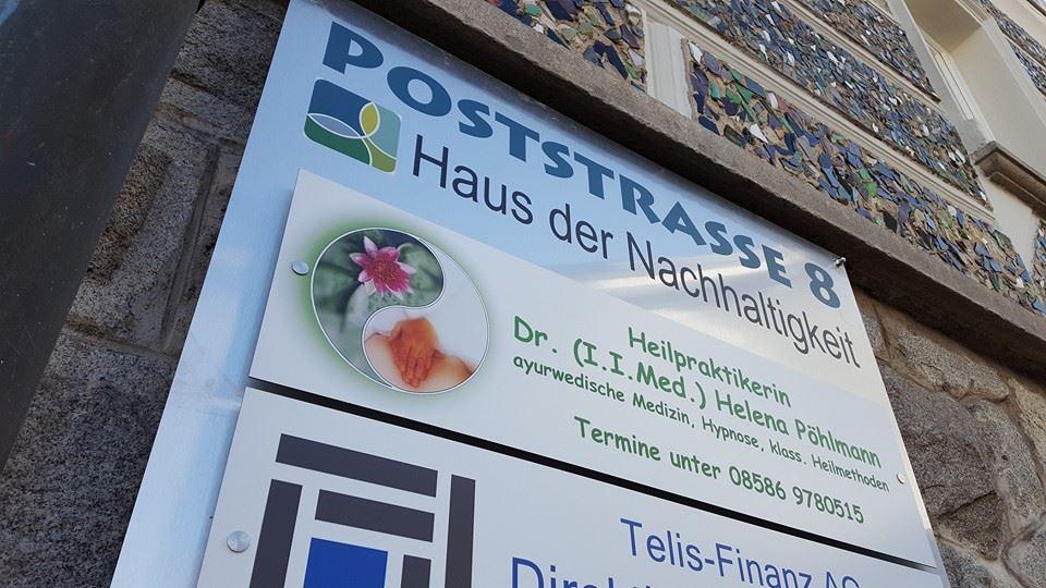 Werbeschild an Bürogebäude